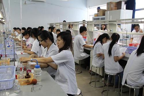 Sinh viên thực hành hóa Dược