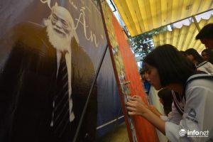 Từ những bức ảnh nhỏ, các học sinh, giáo viên cùng nhau ghép thành một bức hình lớn về các khoảnh khắc thầy Văn Như Cương bên gia đình, học trò.