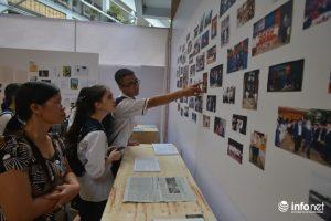 Hình ảnh của nhà giáo Văn Như Cương qua những tấm ảnh ghi lại được học trò chăm chú ngắm nhìn.