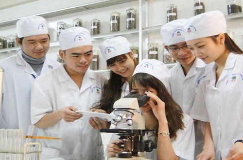 Lý do nào khiến Cao đẳng Dược thu hút đông đảo thí sinh theo học?