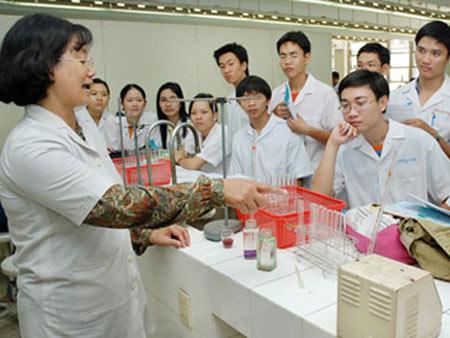 Tuyển sinh Cao đẳng Dược Hà Nội đào tạo lý thuyết gắn với thực hành