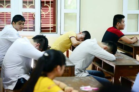 Tuy nhiên vì mải làm thêm nhiều sinh viên đã phải bỏ việc học giữa chừng cũng như không đảm bảo kết quả học tập