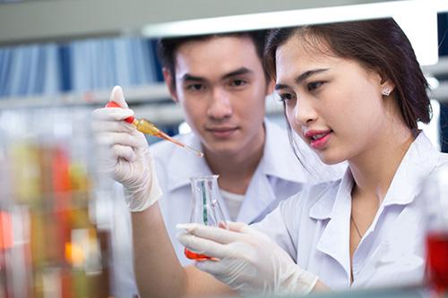 Sinh viên Y Khoa thực hành hóa dược